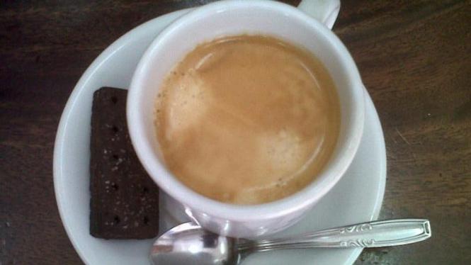 Secangkir kopi racikan Toko Bhineka Djaja, Denpasar