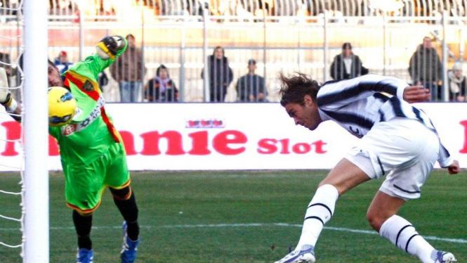 Striker Juventus Alessandro Matri membobol gawang Lecce