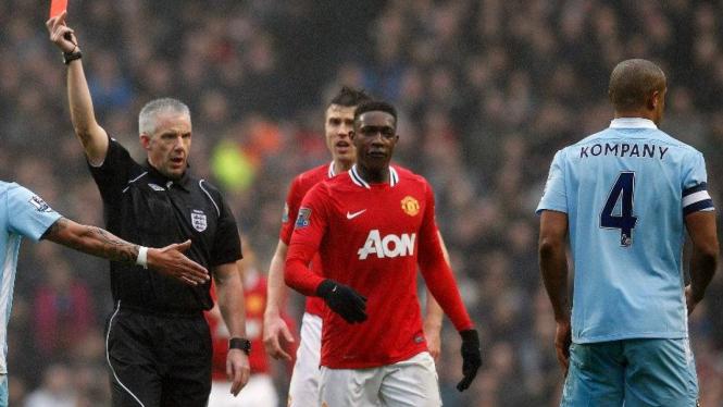 Vincent Kompany dapat kartu merah saat lawan Manchester United