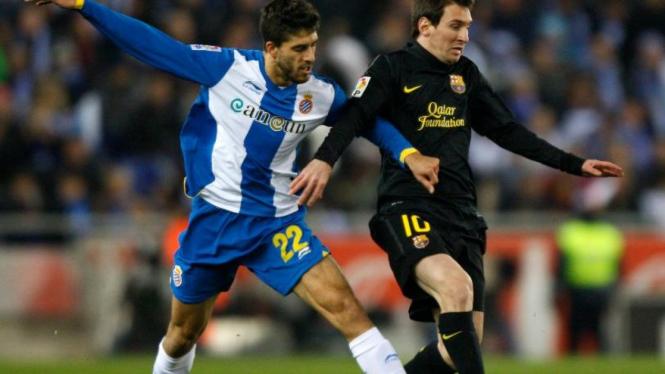 Lionel Messi (kanan) saat Barcelona melawan Espanyol