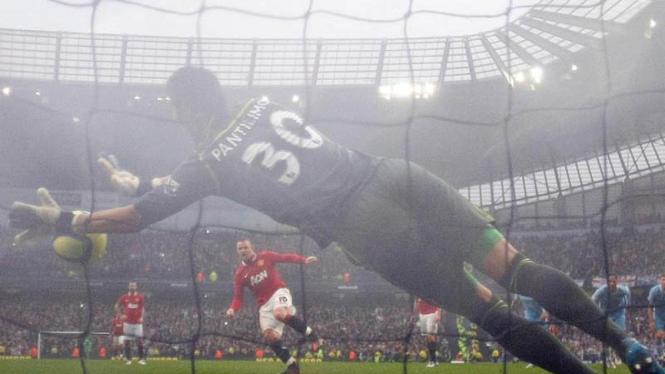 Pantilimon Menggagalkan Tendangan Penalti Wayne Rooney