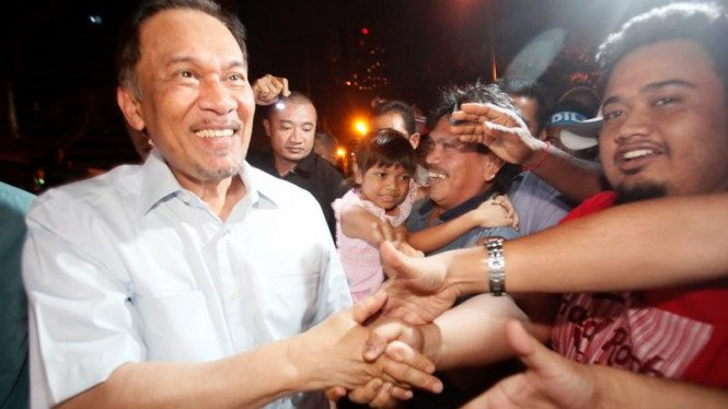 Anwar Ibrahim menyambut para pendukungnya