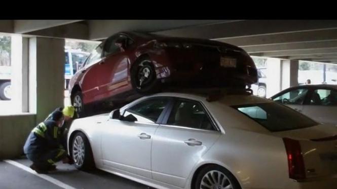 Honda Civic menimpa Cadillac CTS