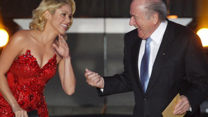 Presiden FIFA, Sepp Blatter (kanan) bersama Shakira