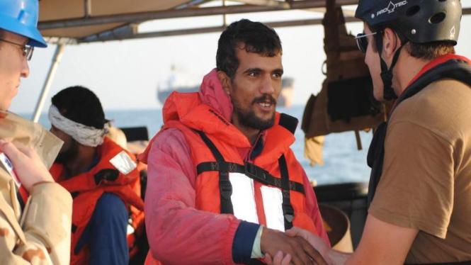 Pelaut Iran menyalami awak kapal AS yang menyelamatkan mereka