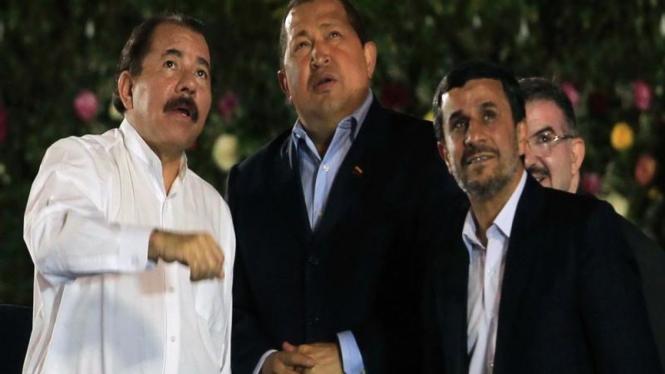 Daniel Ortega bersama dengan Hugo Chavez dan Mahmoud Ahmadinejad