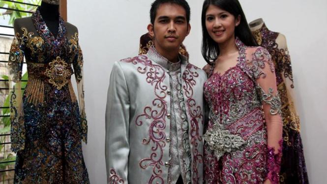 Fitting Baju Pengantin Naga 'Lyla' dan Feby Siregar