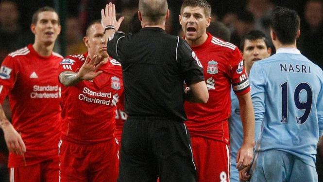Steven Gerrard melakukan protes saat Liverpool lawan Manchester City