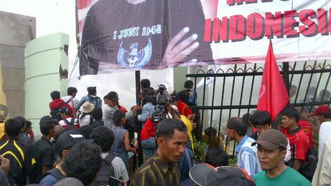 massa robohkan pagar gedung DPR