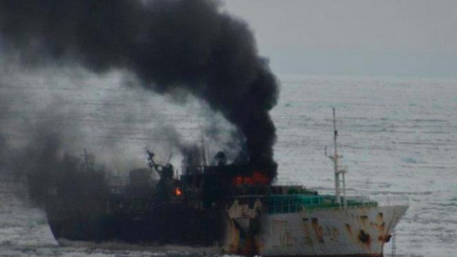 Kapal Jeong Woo 2 yang terbakar di dekat Kutub Selatan