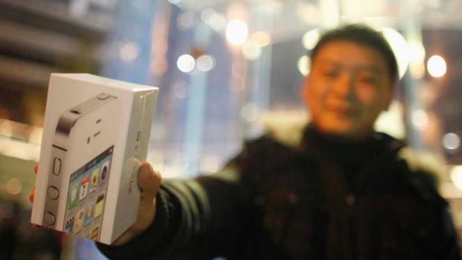 Pembeli iPhone 4S di Shanghai, China pada 2012 lalu.