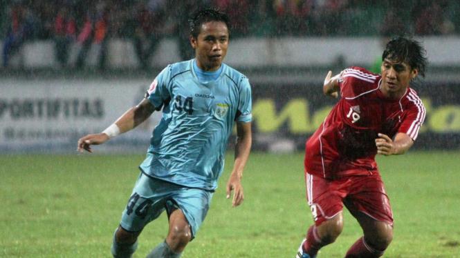 I Gede Sukadana (biru muda) ketika bermain untuk Persela Lamongan.