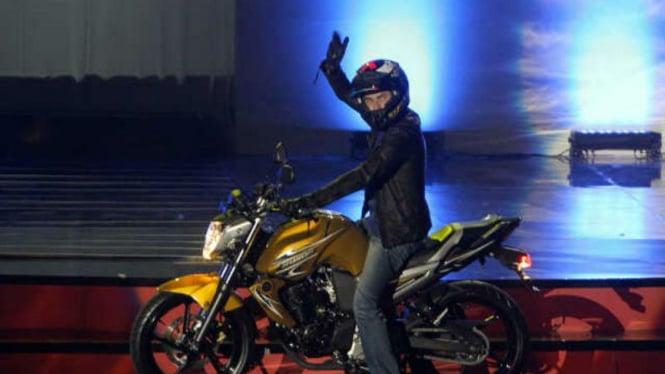 Jorge Lorenzo mengendarai Byson warna emas