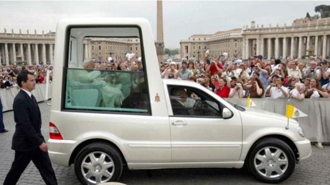 Mobil Mercy yang digunakan Paus