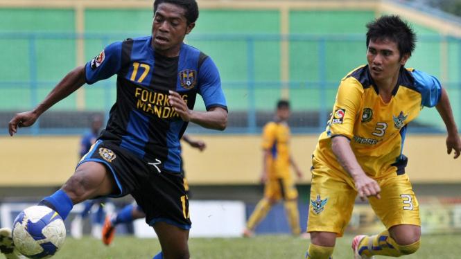 Pemain Gresik United, Lan Bastian (kanan)