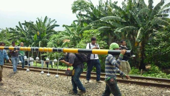 bola beton untuk halau penumpang di atap kereta