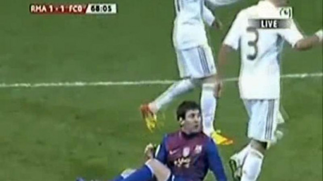 Pepe Injak Tangan Messi