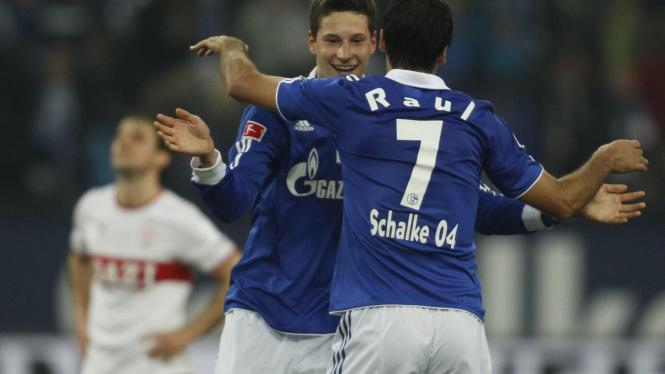 Julian Draxler dan Raul Gonzales rayakan gol ke gawang Stuttgart