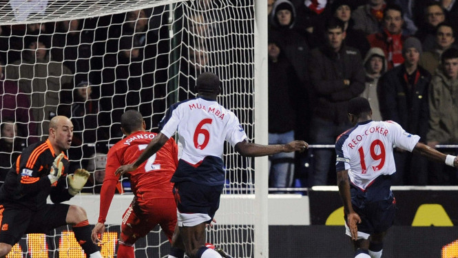 Nigel Reo-Coker (kanan) cetak gol ke gawang Liverpool