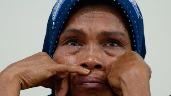 Yusmanidar, ibu dua remaja tewas di tahanan polisi Sijunjung, menangis
