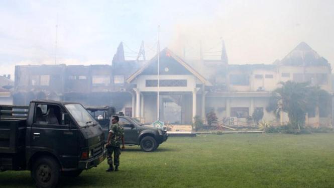 Kantor Bupati Bima dibakar massa