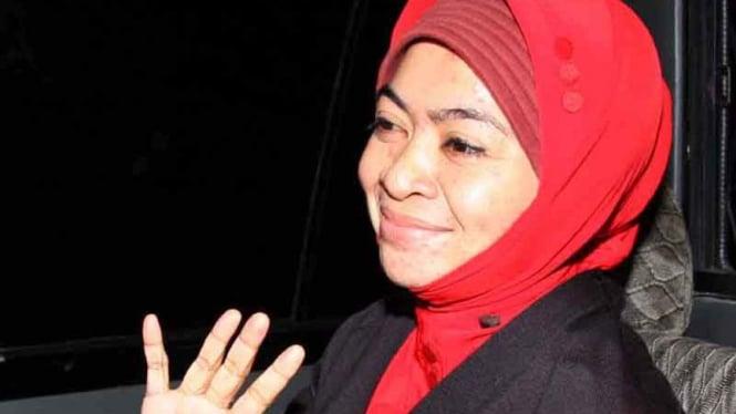 Politisi PAN, Wa Ode Nurhayati, saat ditahan KPK