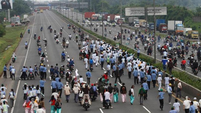 aksi demo buruh di bekasi