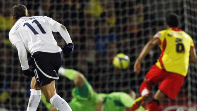 Rafael van der Vaart (kiri) cetak gol ke gawang Watford