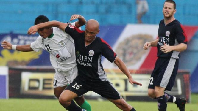 Arema Indonesia ISL, Kim Yong Hee dan Stephen Hesketh