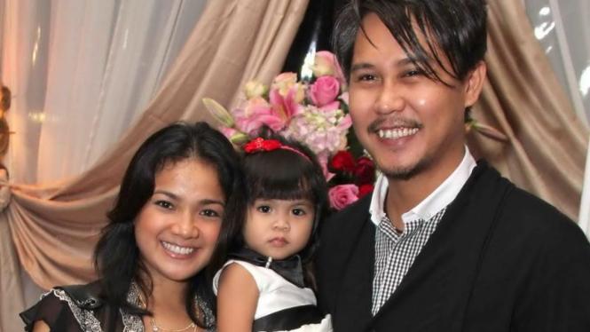 Nirina Zubir dan keluarga
