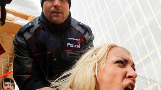 Aksi Demo Aktivis Femen Di Davos