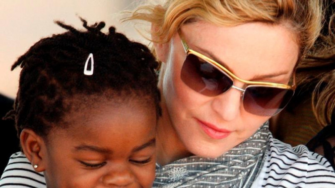 Madonna dan anak adopsinya Mercy James