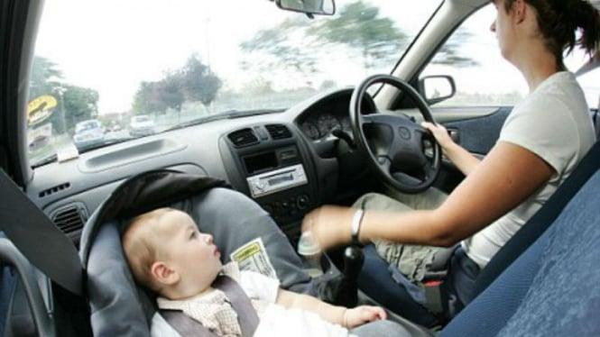 Mengemudikan mobil sambil membawa bayi