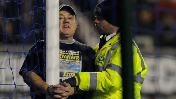 Penonton Everton melakukan protes saat lawan Manchester City