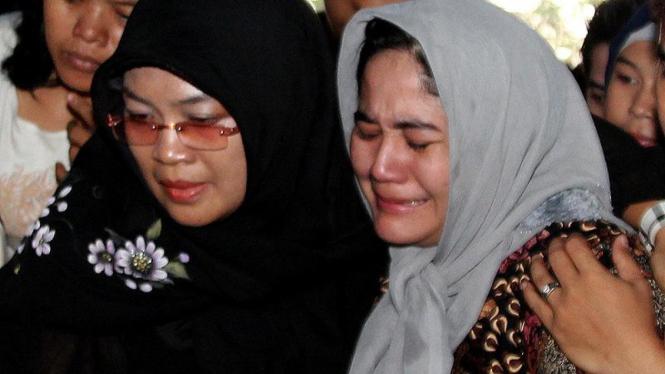 Kekasih Ade Namnung, Farinawati Diyanti Menangis Saat Pemakaman