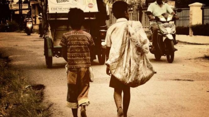 Anak pemulung tak memakai sendal