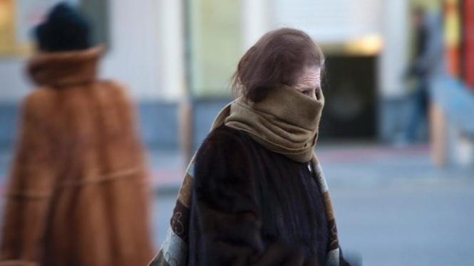 Warga Kota Burgos, Spanyol, menghadapi cuaca dingin