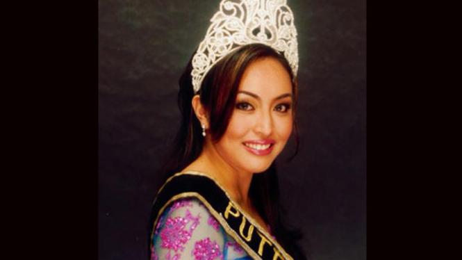 Angelina Sondakh mengenakan mahkota Puteri Indonesia 2001