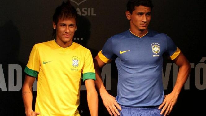 Neymar dan Ganso mengenakan seragam anyar timnas Brasil