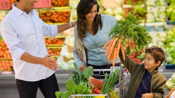 keluarga belanja di supermarket
