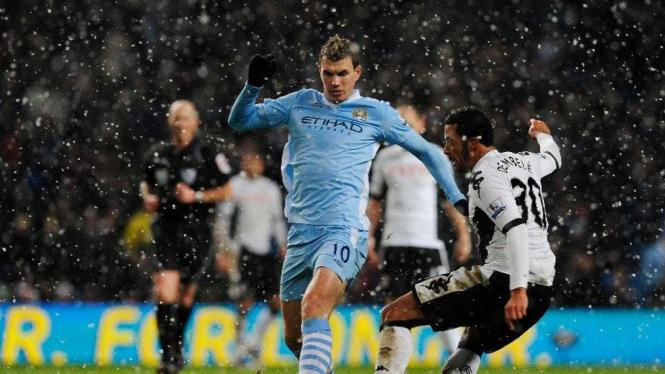 Striker Manchester City, Edin Dzeko (kiri), saat melawan Fulham