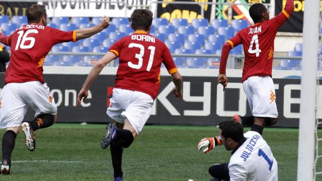Para pemain Roma rayakan gol ke gawang Inter