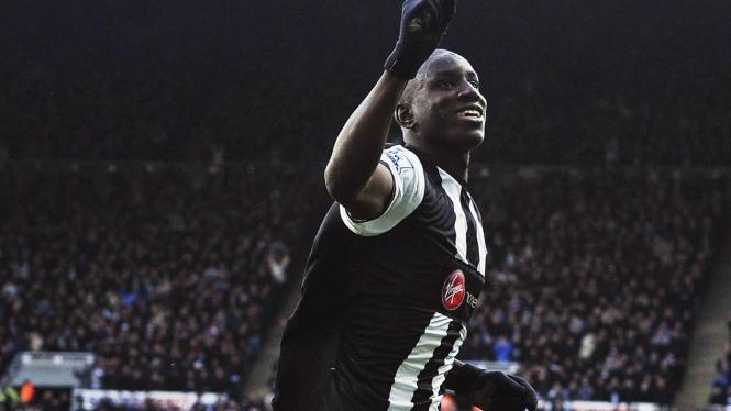 Demba Ba rayakan gol ke gawang Aston Villa