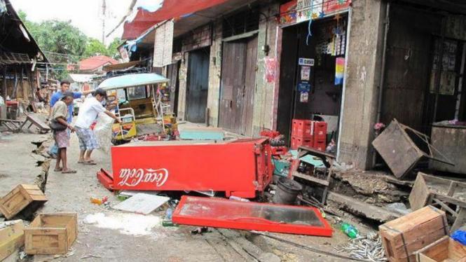 Kota Negros Oriental, Filipina, porak-poranda diguncang gempa bumi