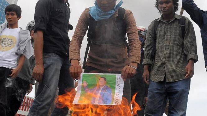 Demonstran bakar foto Anas Urbaningrum