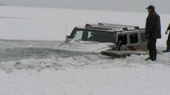 Hummer H2 terjebak di kubangan Es