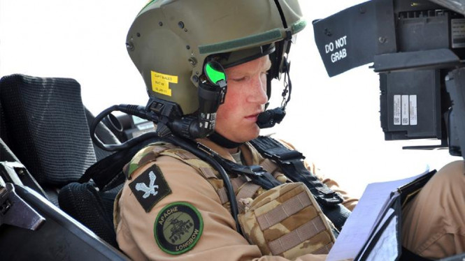 Pangeran Harry di atas helikopter Apache