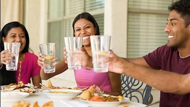 Minum air putih setelah makan