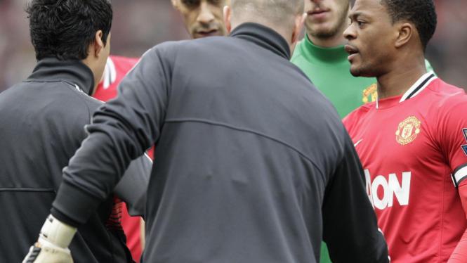 Patrice Evra (kanan) tampak kesal karena Luis Suarez enggan berjabat tangan