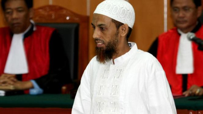 Terdakwa teroris Umar Patek di sidang perdana